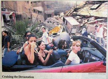 un descapotable es lo mejor para examinar los daños de un bombardeo