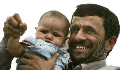 Ahmadineyad haciendo de padrazo por desgracia para el niño