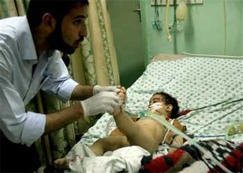 Un médico examina a un niño herido en el ataque de Jan Yunis