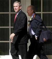 Bush y Rove, hoy en la Casa Blanca. Foto: AP.
