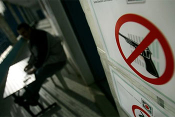 prohibido votar con armas