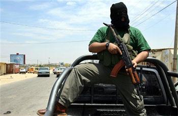 Un miliciano de Hamás interesado en los euros de la aduana. Foto: AP