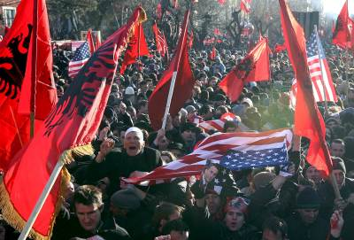 kosovo banderas.jpg