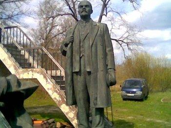 La estatua de Lenin hace tiempo antes de convertirse en chatarra