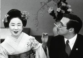 Rumsfeld se relaciona con una geisha sin intentar dispararle