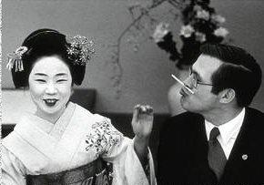 Rumsfeld se relaciona con una geisha sin intentar dispararle
