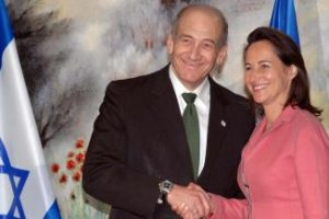 Segolene, no menos encantada de posar con Olmert