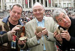 Los de Monty Python practican con los cocos