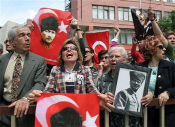 Los manifestantes portaban retratos de Ataturk. Foto: AP