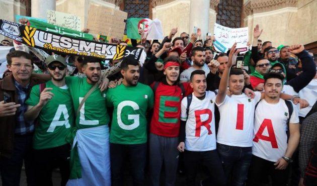 Jóvenes se manifiestan por la renuncia de Buteflika en Argel el 15 de marzo. Foto: EFE